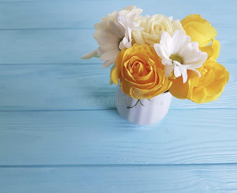 黄色新玫瑰色花瓶概念木背景框架自然问候装饰生日 免版税图库摄影