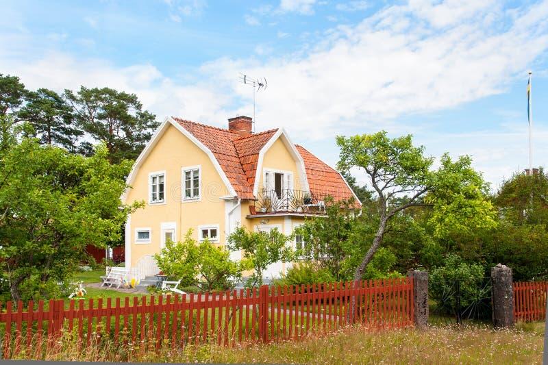黄色木房子在瑞典 库存照片