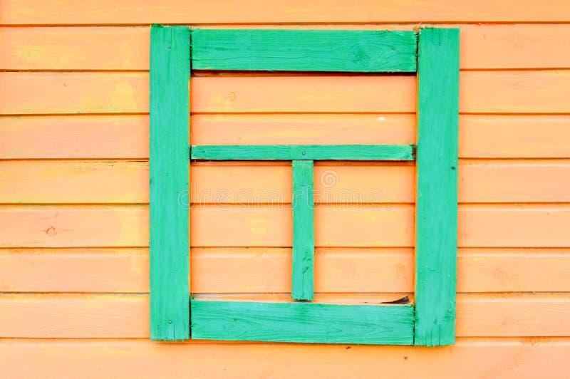 黄色木板条纹理缝合水平绘有自然油漆绿色falsh窗口上的板条钝汉背景 免版税库存图片