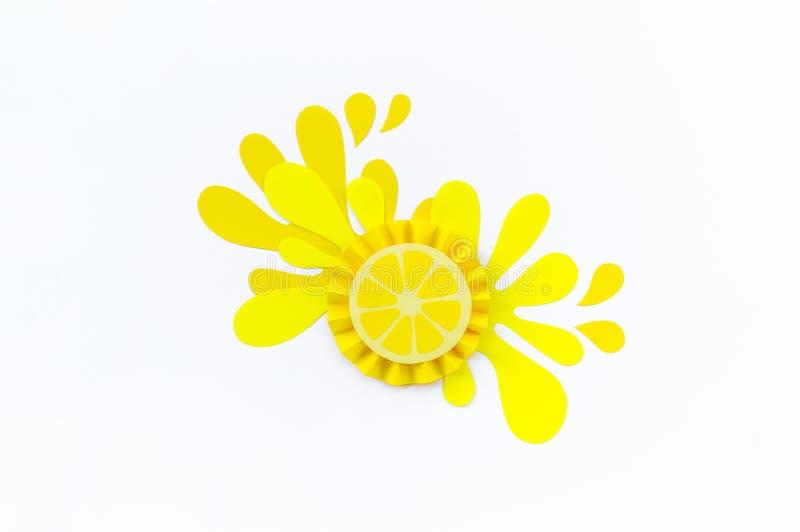 黄色柠檬与在白色背景飞溅做纸 果子圆滑的人素食主义者 库存照片
