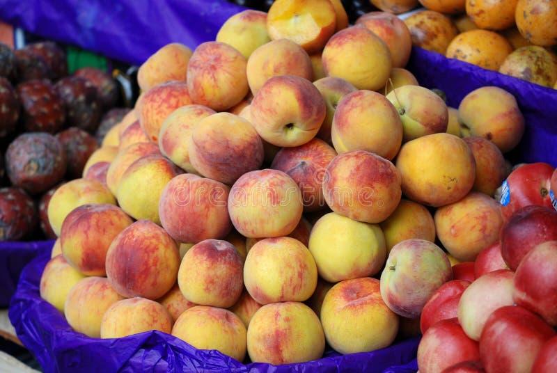 黄色桃子在墨西哥市场大厅里 免版税库存照片