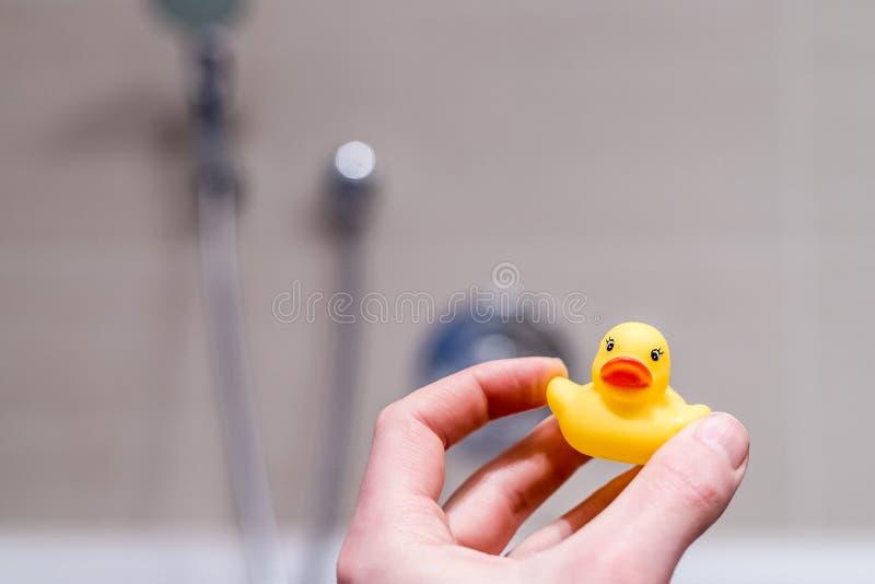 黄色橡胶鸭子在卫生间里 库存照片