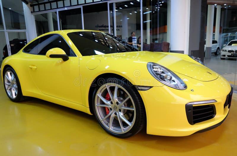 黄色汽车保时捷911 Carrera S在陈列室里 免版税库存图片