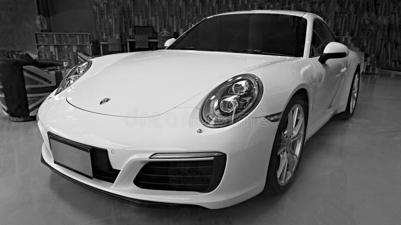 黄色汽车保时捷911 Carrera S在陈列室里 库存照片