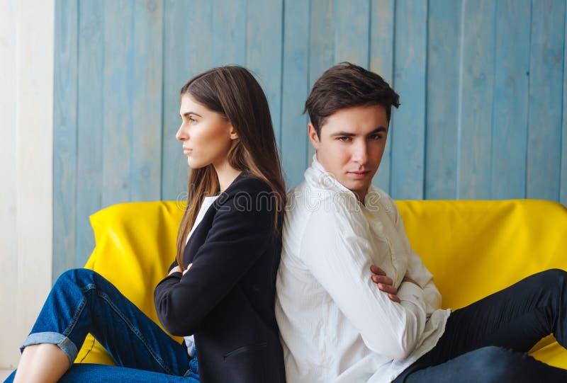 黄色沙发的人妇女 图库摄影