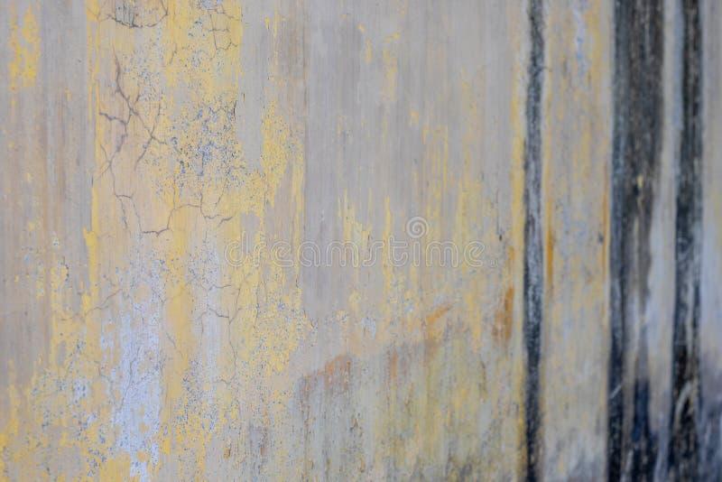 黄色油漆墙壁崩裂 免版税库存照片
