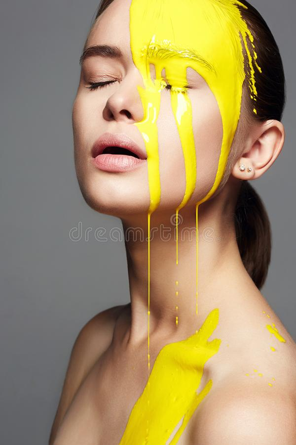 黄色裸体人体下体bb_黄色油漆的少妇 液体油漆流动