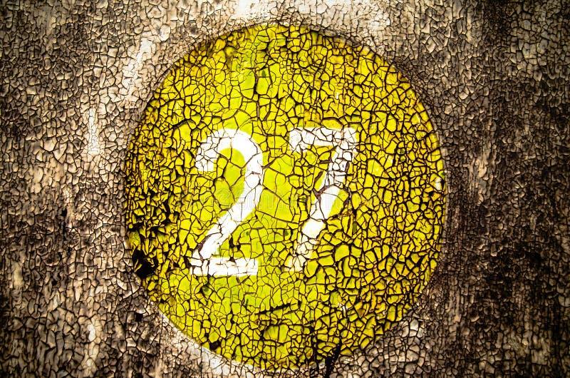 黄色油漆老难看的东西纹理在金属的 免版税库存照片