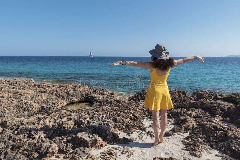 黄色海滩的加工好的妇女 免版税库存照片