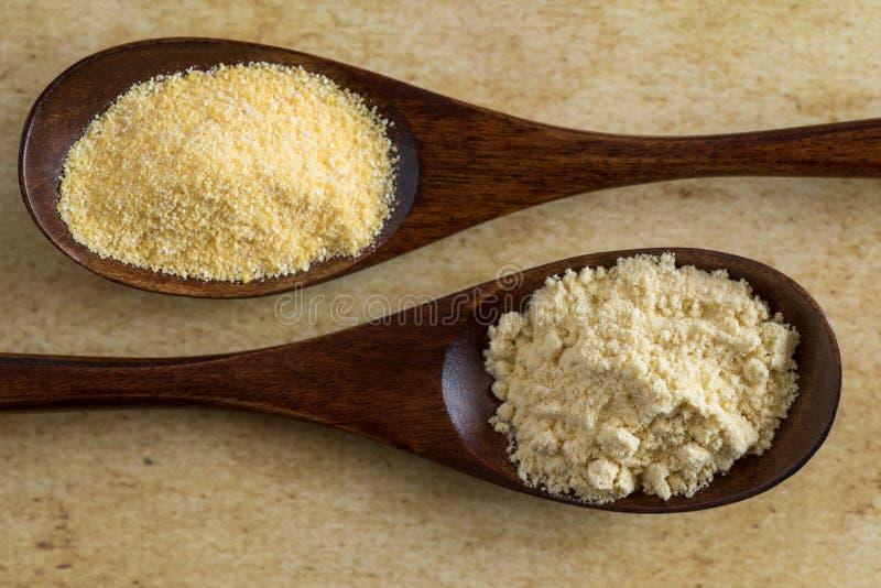 黄色玉米面和玉米粉在木匙子 免版税图库摄影