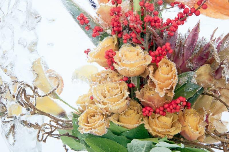 黄色玫瑰冻结花束  免版税库存照片