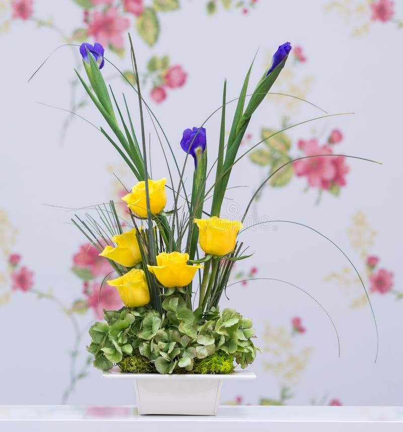 黄色玫瑰和蓝色虹膜花束 免版税库存照片
