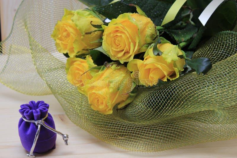 黄色玫瑰礼物和花束  免版税图库摄影