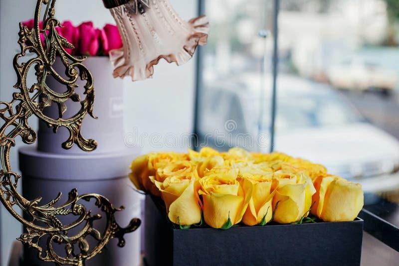 黄色玫瑰细节在箱子的有台灯的 库存照片