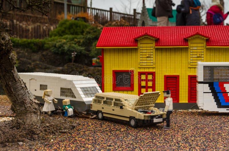 黄色瑞典房子和汽车有有蓬卡车的由乐高制成 免版税库存图片