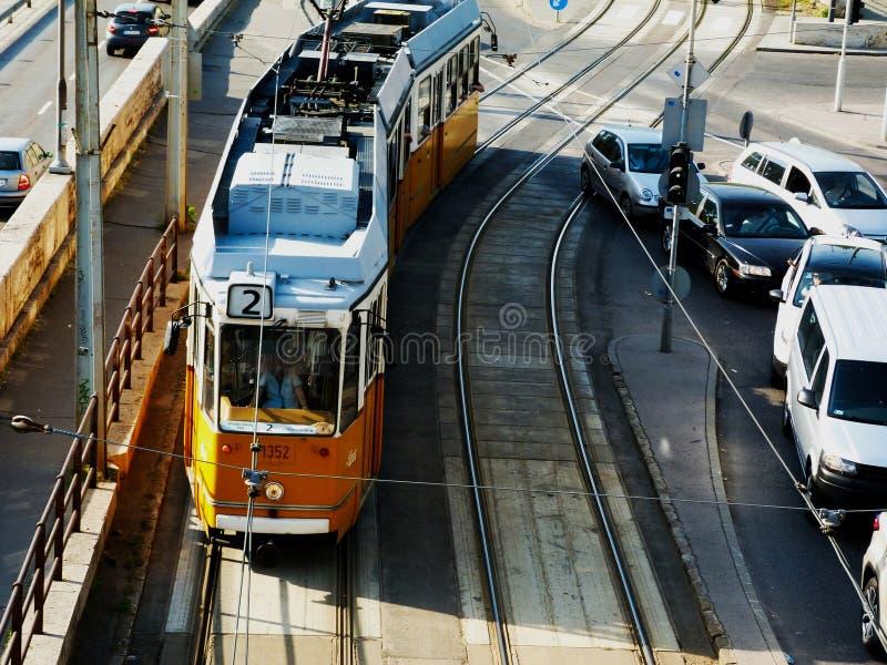 黄色电车在布达佩斯,从上面被观看 库存图片