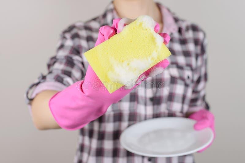 黄色白发光的人家庭人民清除布料旧布惯例 免版税库存图片