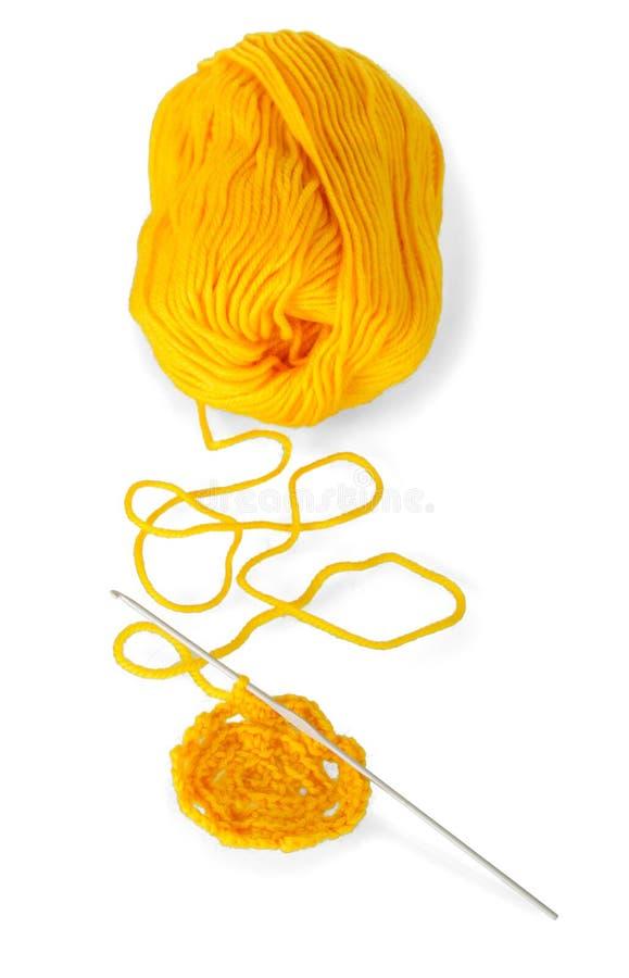 黄色的汉克毛纱并且钩编编织物在白色隔绝的产品 库存照片