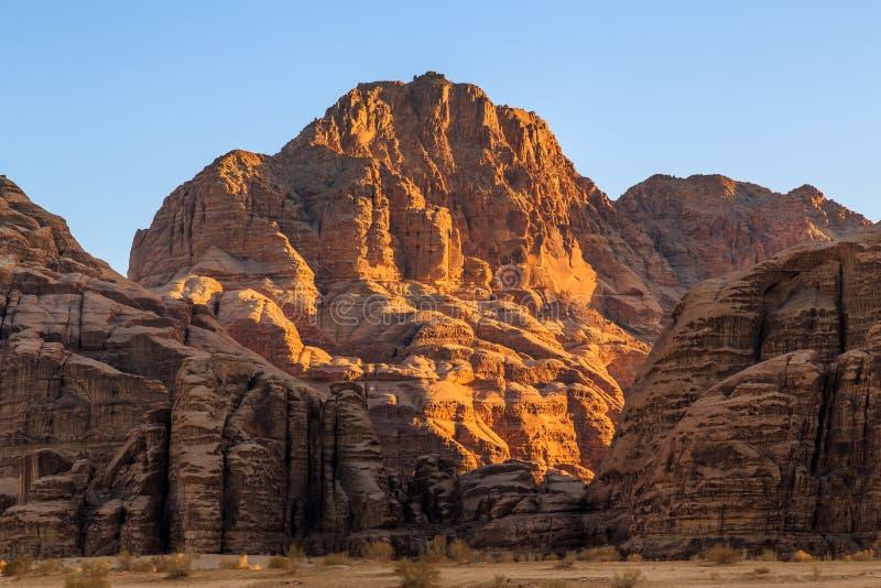 黄色的看法在旱谷兰姆酒沙漠上色了山岩石 库存照片