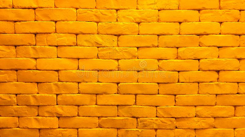 黄色砖墙室内设计有照明设备的 免版税库存图片