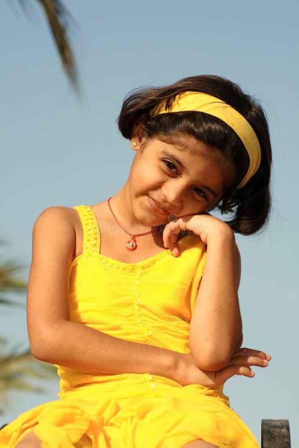 黄色礼服的亚裔女孩 免版税库存图片
