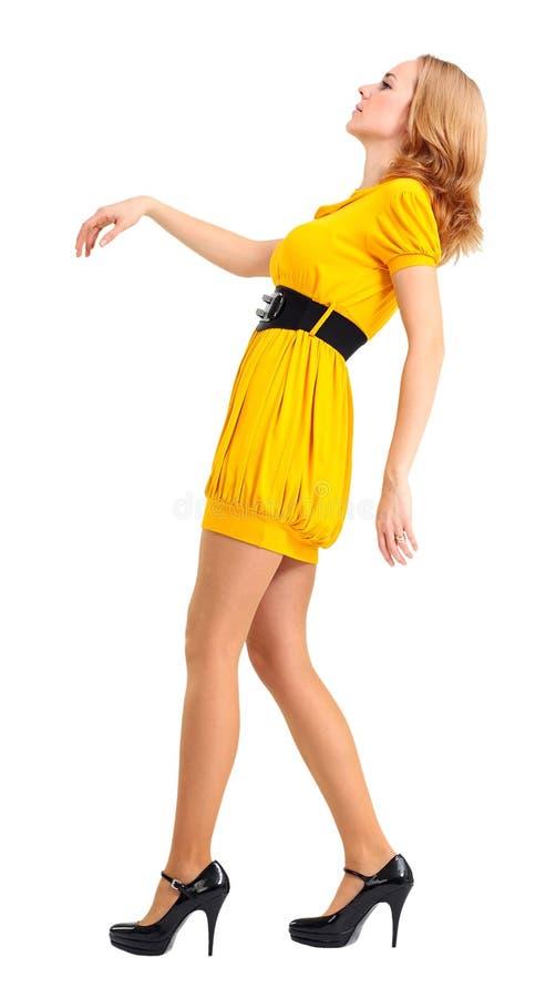 黄色礼服的妇女 免版税库存照片