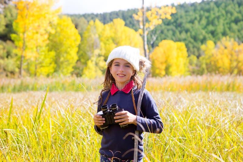 黄色秋天本质的探险家binocuar孩子女孩 免版税库存图片