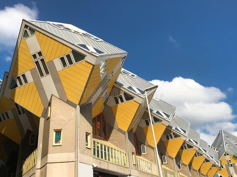 黄色立方体房子 免版税库存照片