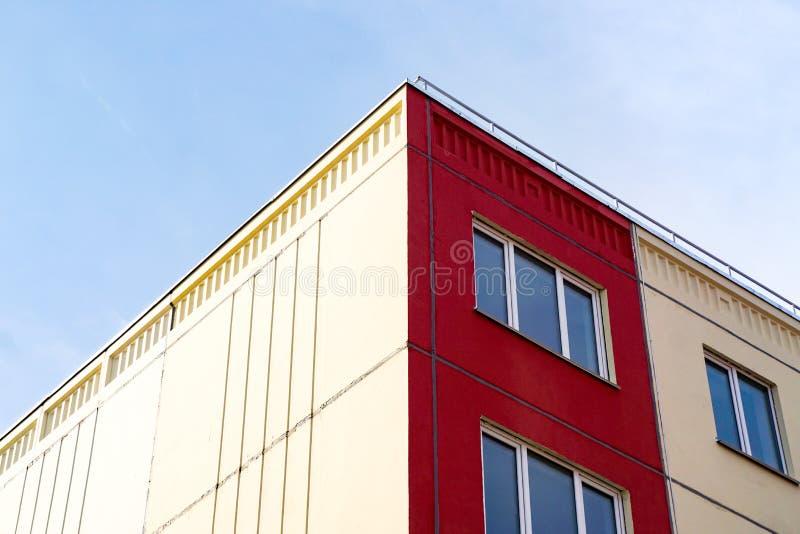 黄色红色房子,窗口,至善论,墙纸的角落 库存照片