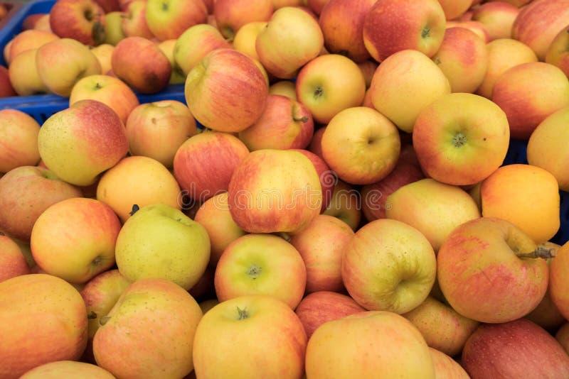 黄色红色苹果待售在城市市场上 免版税库存图片