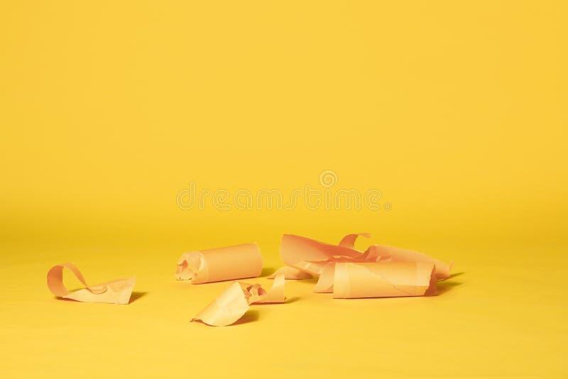 黄色纸条纹在充满活力的黄色无缝的背景的 库存照片