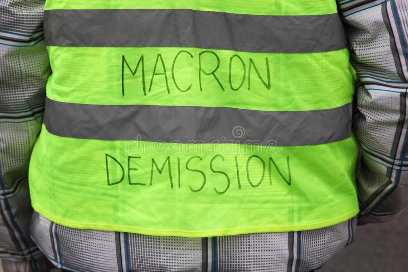 黄色背心抗议更高的汽油价格并且要求Macron总统离开 免版税图库摄影