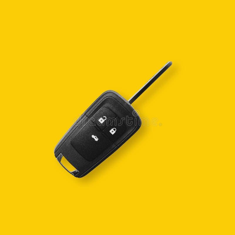 黄色背景中的新黑色汽车键 免版税库存照片