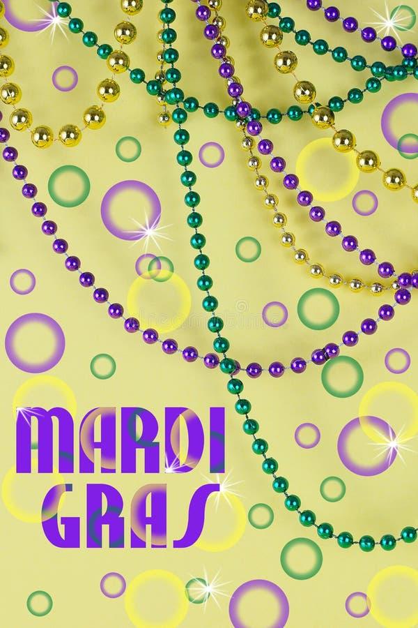 黄色背景前披着绿色、金色和紫色的狂欢节珠 免版税库存图片