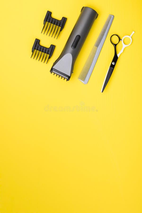 黄色背景,工作美发师的对象,护发产品 免版税库存照片