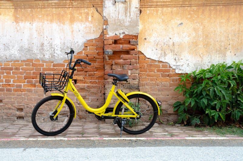 黄色自行车黑色轮子 免版税库存照片