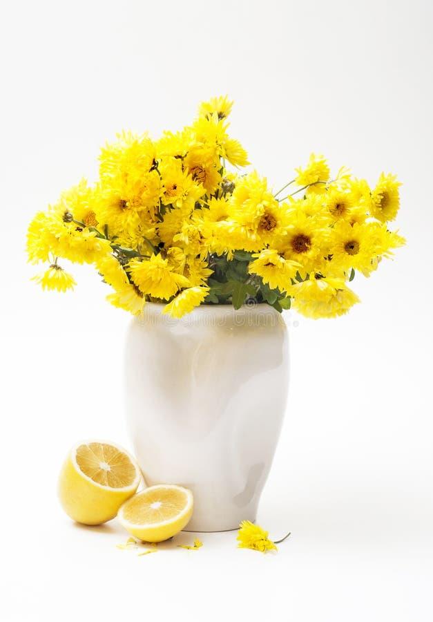 黄色花和柠檬 免版税库存照片