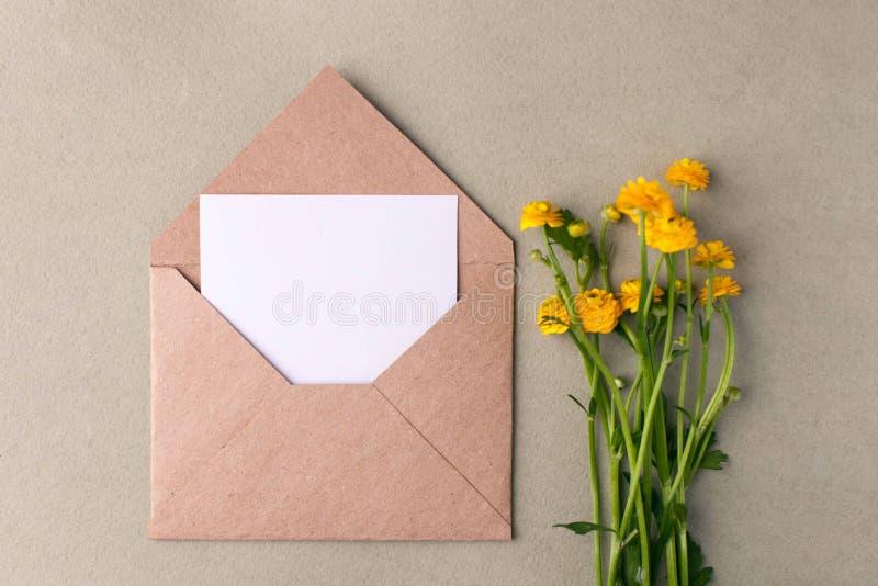 黄色花和空白花束在淡色背景,美丽的早餐,葡萄酒浪漫卡片,顶视图,平的位置,土气 免版税图库摄影