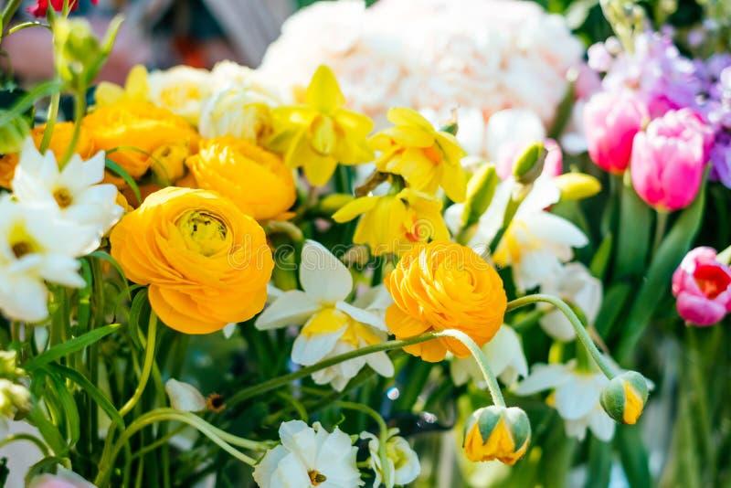 黄色花束在花市场上 库存图片