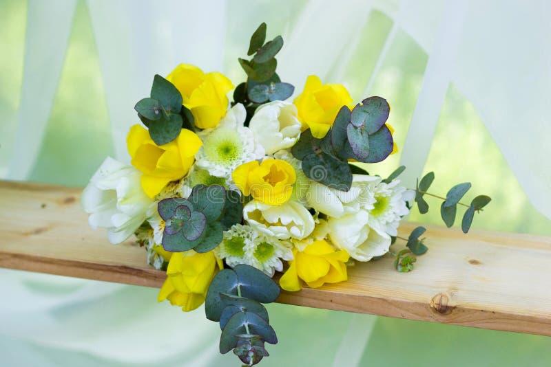 黄色花美丽的花束 库存图片