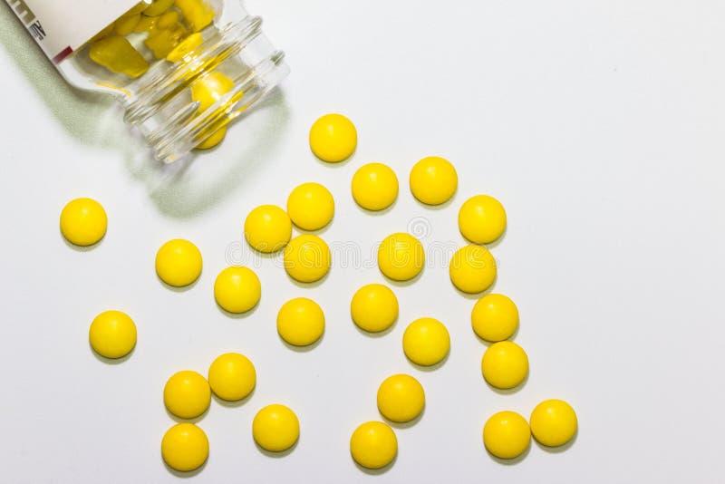 黄色药片或胶囊在背景与拷贝空间 免版税图库摄影