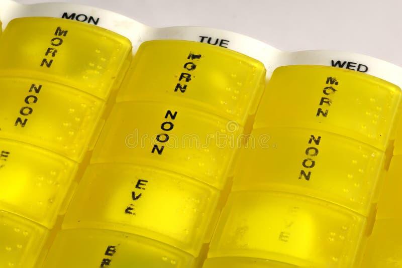 黄色药片箱子分配器 免版税库存照片