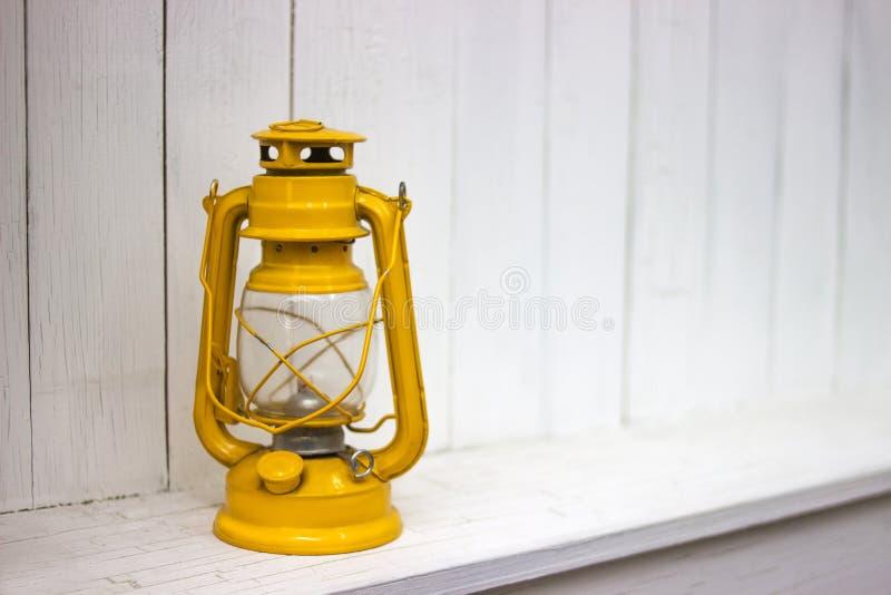 黄色葡萄酒煤油提灯,在白色背景 免版税库存照片