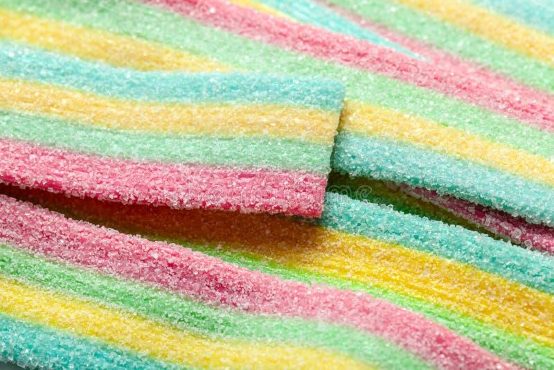 黄色蓝绿色和红色镶边果冻甜点洒与糖 库存图片