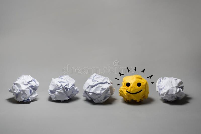 黄色被弄皱的纸球 企业创造性,领导概念 库存图片