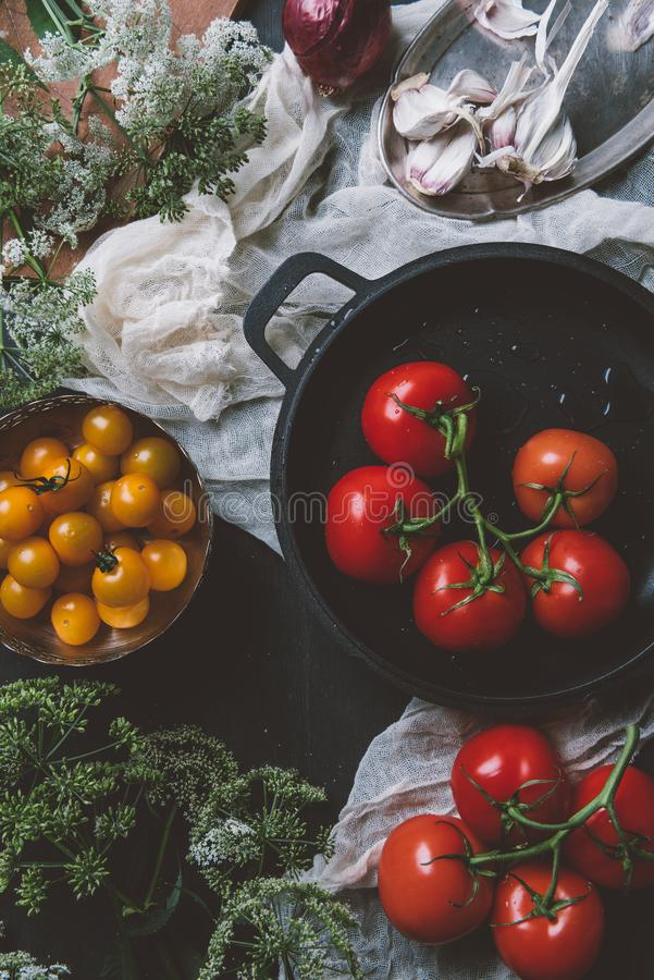 黄色西红柿和红色蕃茄顶视图在煎锅在纱在木背景 图库摄影