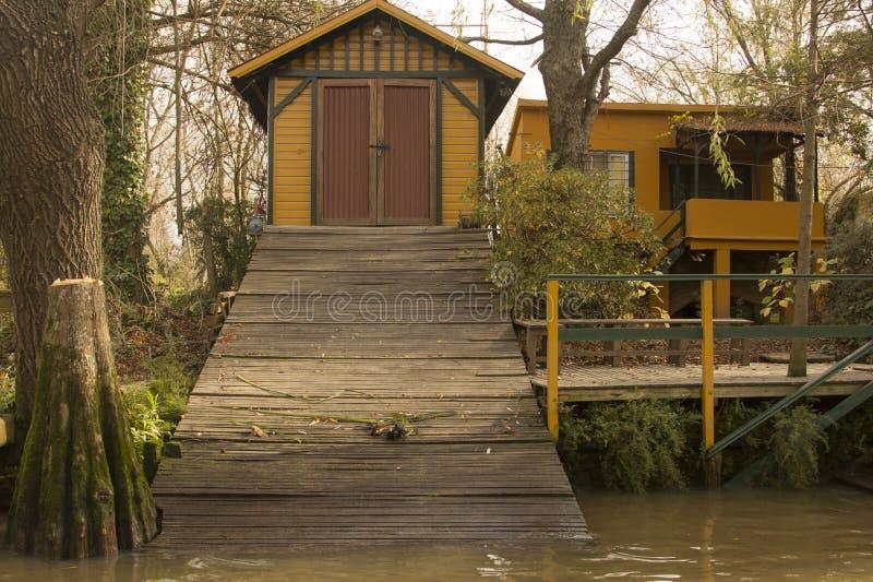 黄色议院和黄色小船在森林Tigre三角洲布宜诺斯艾利斯阿根廷拉美好的南美 库存图片