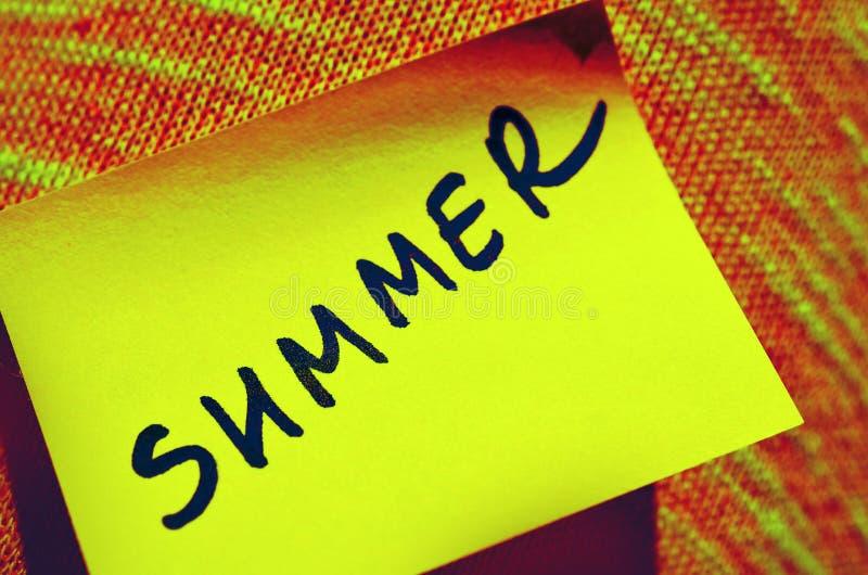 黄色贴纸与文本字法题字夏天,被定调子 库存图片