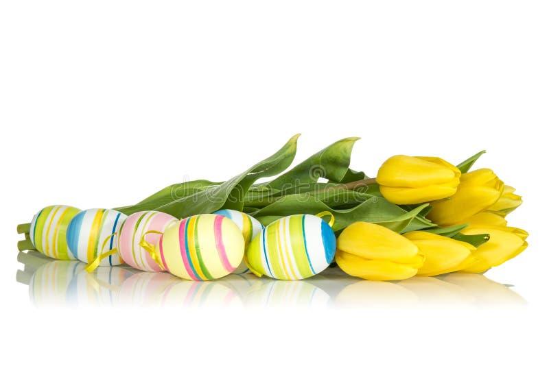 黄色郁金香和复活节彩蛋 免版税图库摄影
