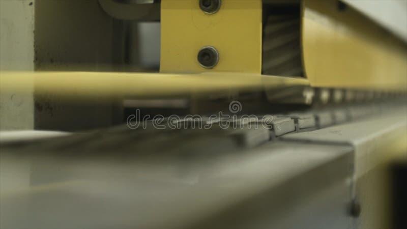 黄色铣床特写镜头在工厂或工厂设备一个工作室  r E 免版税图库摄影